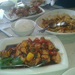 Photo taken at P.F. Chang's Asian Restaurant by Luisela L. on 12/30/2012