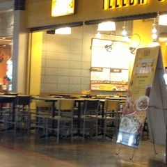 Photo taken at Yellow Cab Pizza Co. by Jhon E. on 12/18/2013