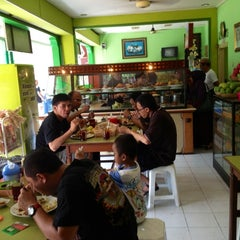Photo taken at Warung Makan Nikmat by Frédéric F. on 11/25/2012