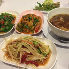 Photo taken at ทองดีโภชนา ข้าวต้มโต้รุ่ง by Baiitoey S. on 12/17/2014