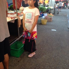 Photo taken at ตลาดสัตหีบ (Sattahip Market) by yOdying j. on 6/28/2014
