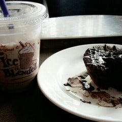 Photo taken at The Coffee Bean & Tea Leaf by Shanti J. on 8/16/2014