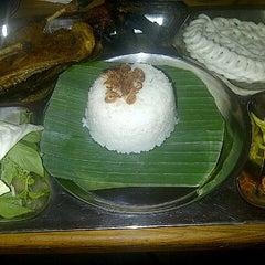 Photo taken at Bebek Goreng Pak Yogi by edith t. on 9/20/2012