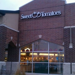 Photo taken at Sweet Tomatoes by Jackie E. on 12/16/2012