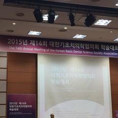 Photo taken at 서울대학교 치과대학 by Jenny K. on 11/13/2015