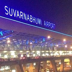 Photo taken at Suvarnabhumi Airport (BKK) ท่าอากาศยานสุวรรณภูมิ by Piti A. on 10/28/2013