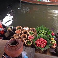Photo taken at ตลาดน้ำตลิ่งชัน (Taling Chan Floating Market) by PaLm_OlivEz on 10/4/2014