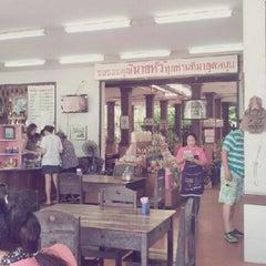 Photo taken at ร้านอาหารนายหัว by maki m. on 1/1/2013