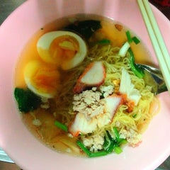 Photo taken at บะหมี่ไข่ลุงเฉื่อย (Lung Cheay Egg Noodles) by Ham M. on 4/28/2013