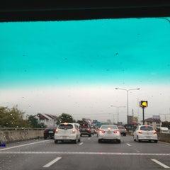 Photo taken at ทางพิเศษศรีรัช ส่วน C (Si Rat Expressway Sector C) by 🌸Gu~Koy 🌸 on 9/19/2013