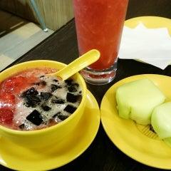 Photo taken at Honeymoon Dessert by helen M. on 9/20/2014
