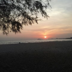 Photo taken at Pantai Saujana (Pantai Batu Empat) by Muaz S. on 6/27/2013