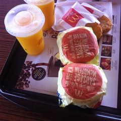 Photo taken at McDonald's | ماكدونالدز by MeeeMoooW F. on 10/1/2012