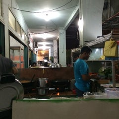 Photo taken at Warung Mie Pak Abu by Machruzar m. on 7/19/2014
