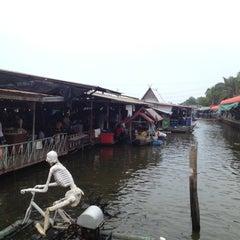 Photo taken at ตลาดน้ำวัดลำพญา (Wat Lam Phaya Floating Market) by Rasikan L. on 12/5/2012