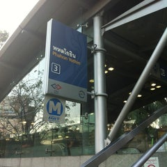 Photo taken at MRT พหลโยธิน (Phahon Yothin) PHA by Alex K. on 12/29/2012