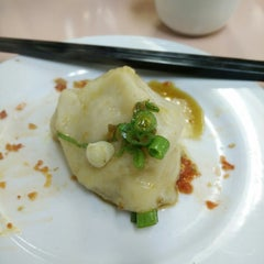 Photo taken at Szechuan Noodle Bowl by Chris Gunrack on 10/10/2014