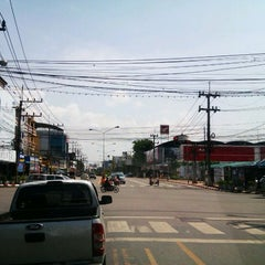 Photo taken at แยกแสงเพชร (Saeng Phet Intersection) by Plakad on 10/13/2012