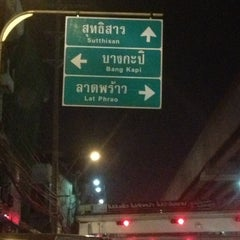 Photo taken at แยกรัชดา-ลาดพร้าว (Ratchada-Lat Phrao Intersection) by WattaR W. on 12/11/2012