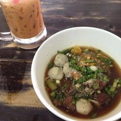 Photo taken at ก๋วยเตี๋ยวยักษ์ใหญ่ (Yakyai Noodle) by เรืองเดช ไ. on 11/23/2014