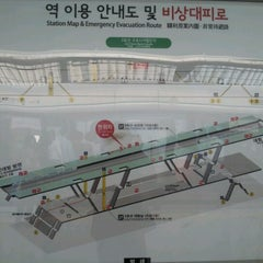 Photo taken at 구로디지털단지역 (Guro Digital Complex Stn.) by 어윤재 0. on 10/12/2012