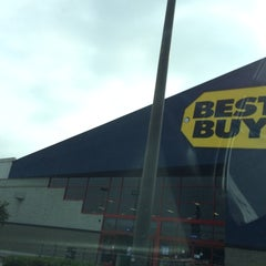 Photo taken at Best Buy by TwiggiewoodHD D. on 5/24/2014