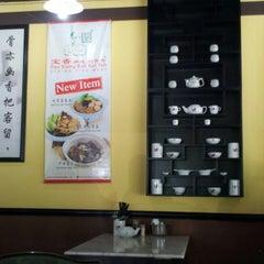 Photo taken at 宝香绑线肉骨茶 (Pao Xiang Bak Kut Teh) by Yvonne E. on 4/21/2013