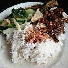 Photo taken at Restoran Anjung by Jmiey G. on 10/18/2015