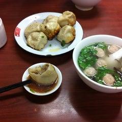 Photo taken at 小杨生煎 | Yang's Fry Dumplings by こーちゃん (. on 8/24/2011