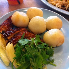 Photo taken at Famosa Chicken Rice Ball (古城鸡饭粒) by Andy T. on 8/8/2012