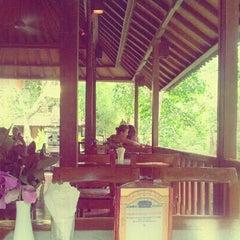 Photo taken at Murni's Warung by Utty Yulisa S. on 11/19/2012