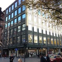 Photo taken at Akateeminen kirjakauppa by Shunsuke Y. on 10/23/2012