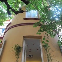 Photo taken at Feetup Garden House Hostel Barcelona by Feetup Hostels Spain on 7/8/2014