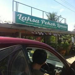 Photo taken at Laksa Pokok limau by Nik M. on 10/20/2012