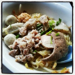 Photo taken at แซว ก๋วยเตี๋ยวหมู (Saew Noodle Shop) by Theyhow F. on 10/26/2012