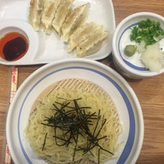 Photo taken at Hachiban Ramen (ฮะจิบัง ราเมน) by KC on 9/1/2015