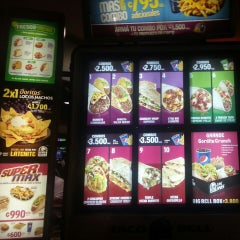 Photo taken at Taco Bell by Vane C. on 6/13/2013
