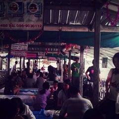 Photo taken at ตลาดน้ำตลิ่งชัน (Taling Chan Floating Market) by Noinae S. on 3/25/2012