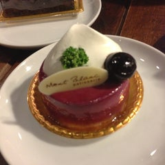 Photo taken at Mont Blanc (มองบลังค์) by NOON C. on 12/15/2012