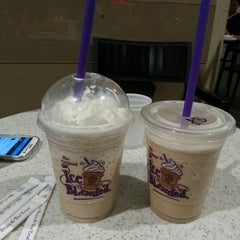 Photo taken at The Coffee Bean & Tea Leaf by Lee P. on 11/3/2012