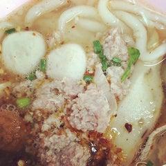 Photo taken at ก๋วยเตี๋ยว วิชัย (Wichai Noodle) by iKiK P. on 12/8/2014