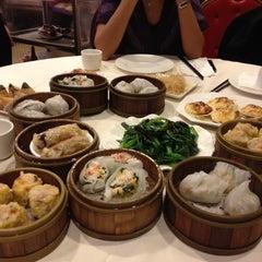 Photo taken at Jing Fong Restaurant 金豐大酒樓 by Deb on 12/8/2012
