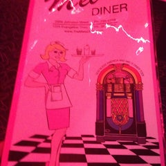 Photo taken at Mel's Diner by Toj Wess on 9/21/2014