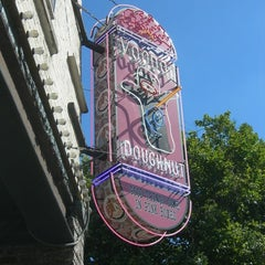 Photo taken at Voodoo Doughnut Too by CHENERY17 on 4/22/2013
