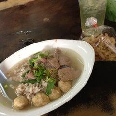 Photo taken at แซว ก๋วยเตี๋ยวหมู (Saew Noodle Shop) by Pluz K. on 4/8/2013