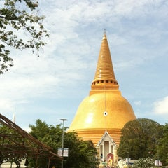 Photo taken at วัดพระปฐมเจดีย์ฯ (Wat Phra Pathom Chedi) by Pornchai B. on 9/18/2012