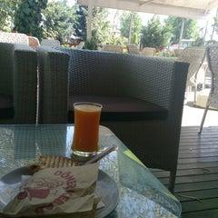 Das Foto wurde bei Cevizlibağ Cafe & Fast Food von Mert ÖZ . am 7/26/2013 aufgenommen