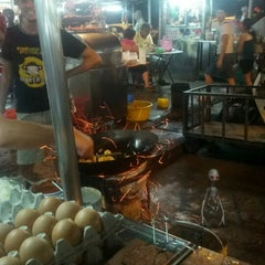 Photo taken at New Lane Hawker Stalls by Tiru M. on 12/21/2012