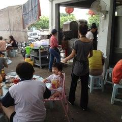 Photo taken at Kedai Kopi dan Makan Seong Kee (祥记饱饺点心茶餐室) by Ho on 1/5/2013