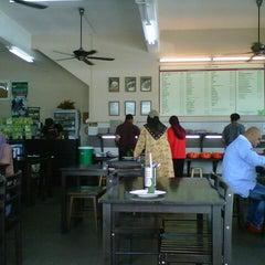 Photo taken at Sajian G Jee by Izham G. on 9/27/2012